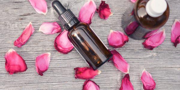 comment utiliser l'huile essentielles de rose de damas ? Toutes ses utilisations et propriétés.
